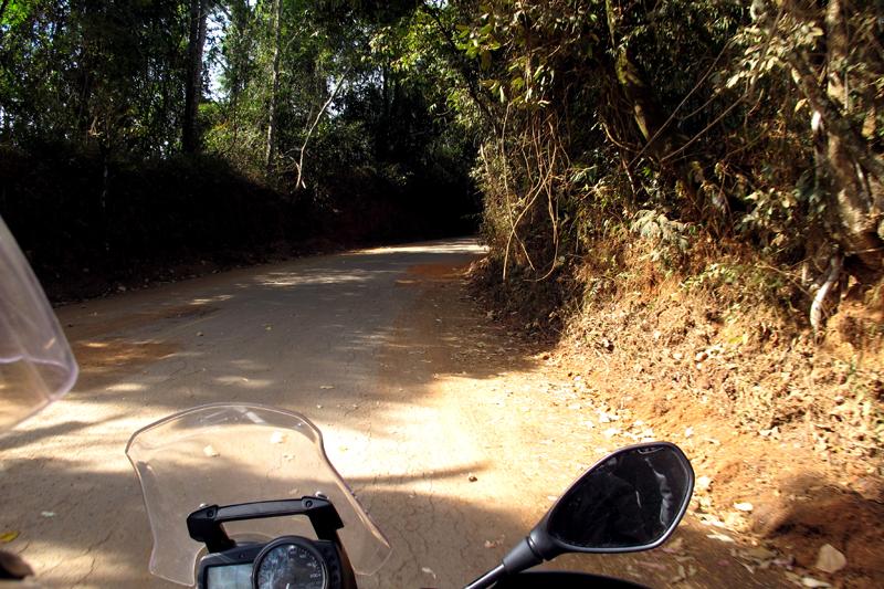Estrada metade asfalto metade terra