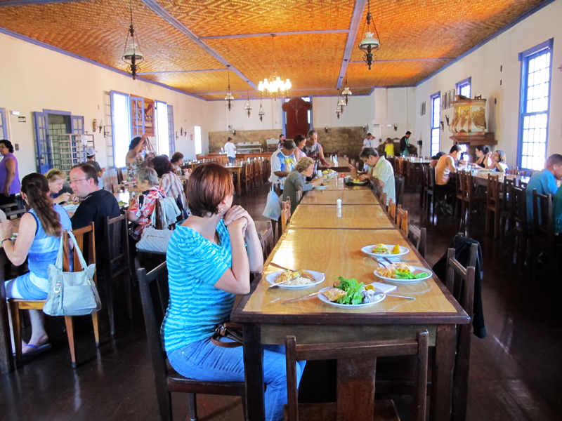 Almoço no refeitório do Caraça