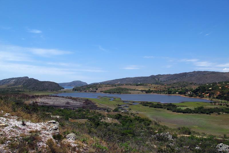 Vista da lagoa e povoado de Lapinha da Serra