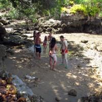 """Galera passando """"lama medicinal"""" no corpo, na Ilha"""
