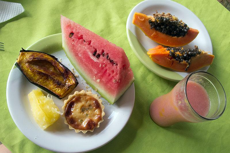 Café da manhã do nordeste: mandioca cozida, banana da terra assada com canela, sucos naturais... <3