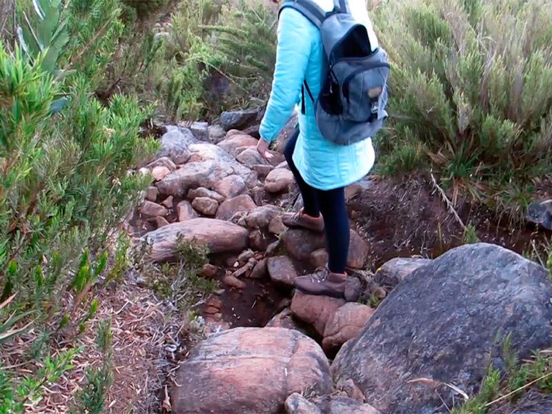 Trecho da trilha pro pico da bandeira com muitas pedras