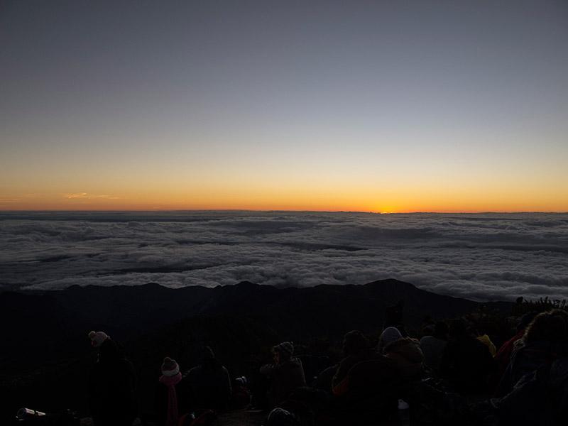 Vista do Pico da Bandeira no nascer do sol