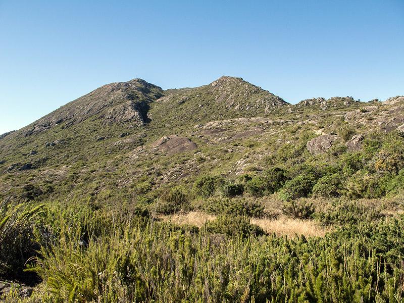 O Pico lá no alto, à esquerda