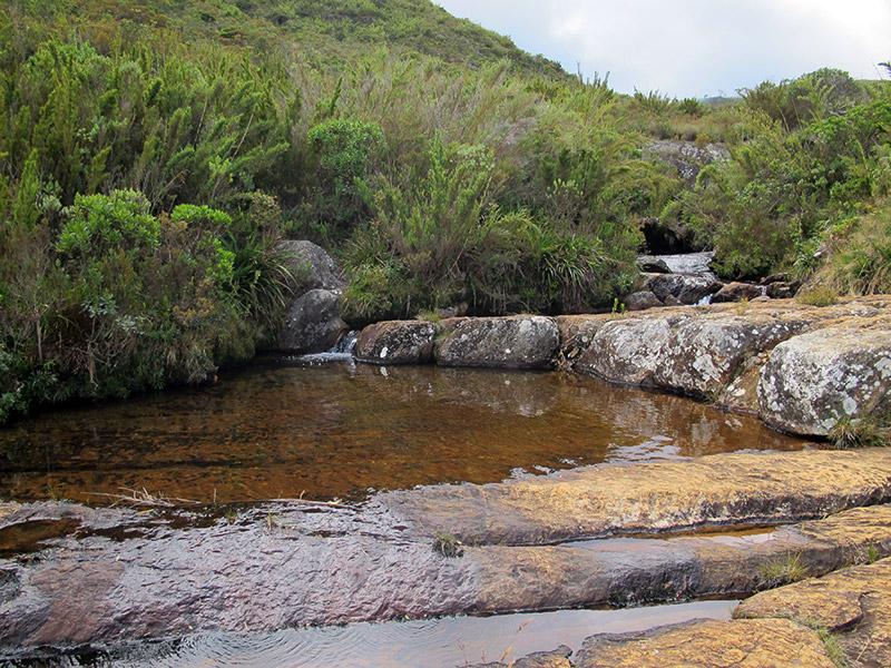 Cachoeira ao longo da trilha no Pico da Bandeira