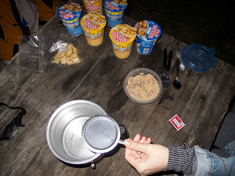 Cozinhando cup noddles no acampamento no Pico da Bandeira
